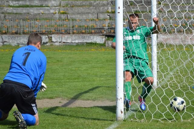 Klasa A, Oświęcim. Górnik Brzeszcze - Strumień Polana Wielka 3:0. Dariusz Knapik (Strumień) wpakował piłkę do własnej bramki, fundując brzeszczanom pierwszego gola.