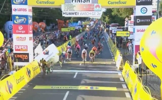 """Fatalny wypadek na finiszu I etapu Tour de Pologne. Fabio Jakobsen został pchnięty i upadając, przełamał barierki uderzając głową w słup reklamowy podtrzymujący metę.Sześć kilometrów przed metą I etapu Tour de Pologne miały miejsce dwie kraksy. Na ostatnią prostą wpadł peleton utworzony z """"pociągów"""" rozprowadzających swoich liderów. I wtedy nastąpił dramat.PRZERAŻAJĄCE WIDEO I WIĘCEJ INFORMACJI - KLIKNIJ DALEJ"""
