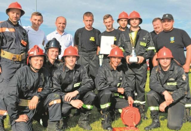 Zwycięska drużyna z Rybnej z dumą prezentuje puchar