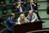 Sejm: Nerwowa nocna debata ws. TK. Piotr Pyzik pokazuje środkowy palec, Cimoszewicz rzuca tabletem