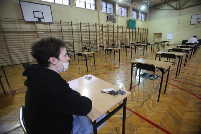 Egzaminy zawodowe 2021  - sesja zima 2021 - rozpoczęła się 11 stycznia i potrwa do 19 lutego. Absolwenci techników przystępują do egzaminów zawodowych w części teoretycznej i praktycznej. W czwartek, 14 stycznia CKE opublikuje o godzinie 16 arkusze części teoretycznej egzaminu zawodowego z odpowiedziami.ODŚWIEŻAJ STRONĘ - SUKCESYWNIE WPROWADZAMY ODPOWIEDZI.Na kolejnych zdjęciach znajdziesz odpowiedzi dla egzaminu teoretycznego w formule 2019, które opublikowała CKE --->