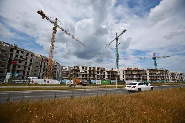 Już czwarty rok z rzędu eksperci portalu RynekPierwotny.pl przygotowali Ranking warunków mieszkaniowych, uwzględniający ponad dwieście miast i miejscowości, powyżej 20 tysięcy mieszkańców.  Analitycy opierając się na danych Głównego Urzędu Statystycznego (z końca 2019 roku) i biorąc pod uwagę takie wskaźniki jak liczbę mieszkań (lokali i domów) przypadającą na 1000 osób i średnią powierzchnię użytkową w przeliczeniu na jedną osobę, wyłonili miasta w których mieszka się w stosunkowo najlepszych warunkach. Wrocław załapał się do pierwszej dziesiątki. Na kolejnych slajdach pokazujemy pierwszą dziesiątkę  miast, w których panują najlepsze warunki mieszkaniowe. Prezentujemy je od 10 do 1 miejsca