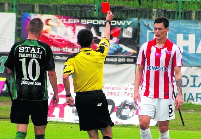 """Przed chwilą Mateusz Żytko popełnił faul taktyczny i sędzia musiał pokazać piłkarzowi """"Pasów"""" czerwoną kartkę."""