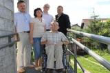 Firmy z Praszki zbudowały podjazd niepełnosprawnemu mężczyźnie