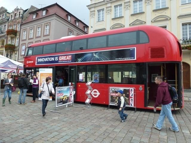 Czerwony londyński autobus zaparkował na Starym Rynku w Poznaniu
