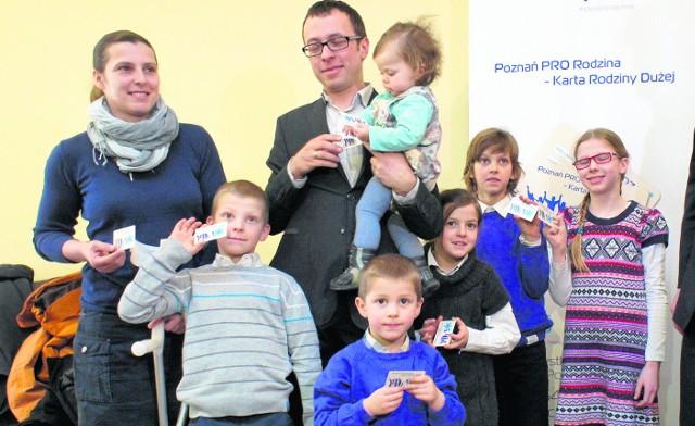 Pierwsze Karty Rodziny Dużej w marcu 2013 r. trafiły do Aleksandra i Alicji Ferchmin oraz ich szóstki dzieci. W ciągu półtora roku liczba osób, które korzystają z ulg wzrosła do 14 tysięcy