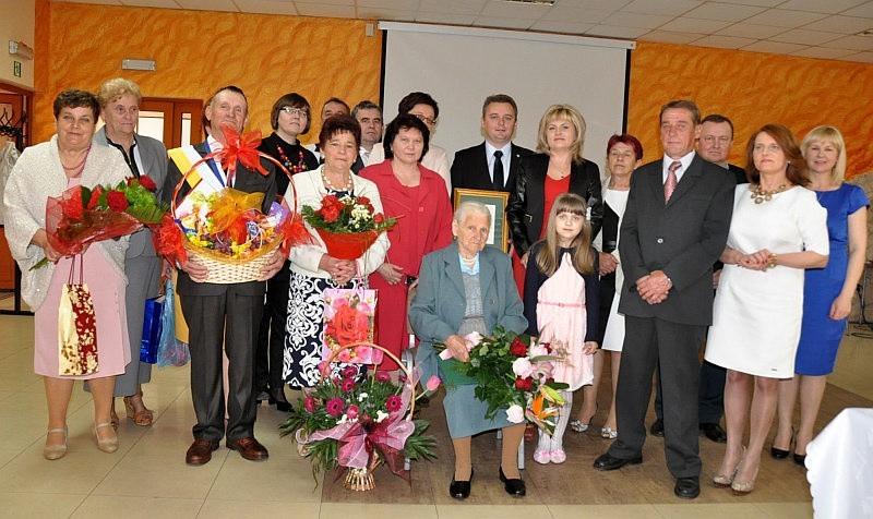 Stuletnia Helena Majchrzak z gośćmi