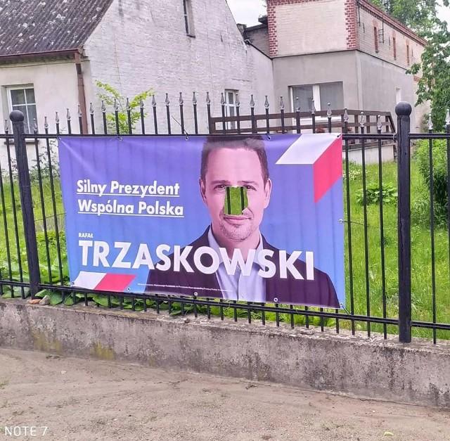 W Więcborku wandal zniszczył plakaty m. in. z wizerunkiem Rafała Trzaskowskiego, kandydata PO na prezydenta