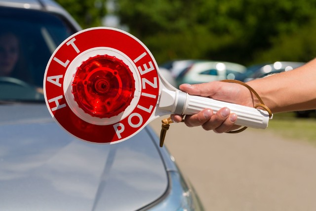 Jeśli kierowca przekroczy prędkość o 21 km/h na terenie miasta lub o 26 km/h poza terenem zabudowanym, otrzyma zakaz prowadzenia pojazdu przez 1 miesiąc.