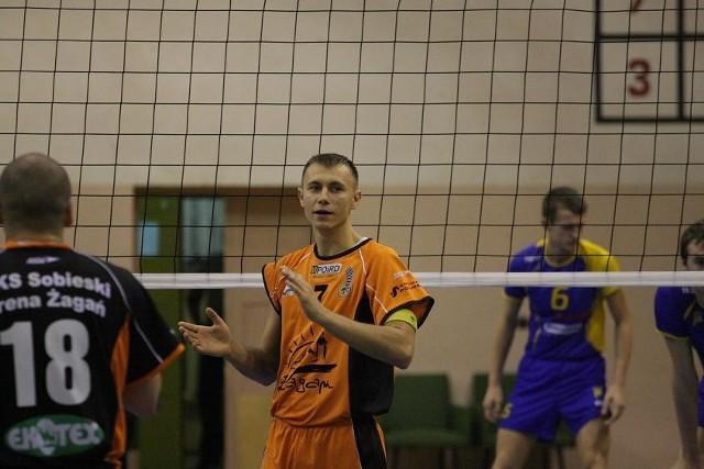Wojciech Lis (w środku) ma 24 lata i 189 cm wzrostu. Gra na pozycji przyjmującego. Swą siatkarską przygodę rozpoczął w Astrze Nowa Sól.