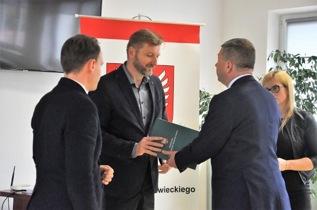 Umowy podpisano w makowskim urzędzie miasta.