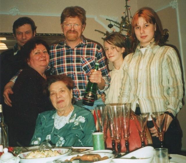 Na zdjęciu pierwsza z lewej stoi zaginiona Krystyna Szuszkiewicz, za nią jej mąż Jan. Pierwsza z prawej stoi jej młodsza cóka Elwira. Za stołem siedzi ciotka Maria Cerafin, która robi co może, żeby odnaleźć siostrzenicę.