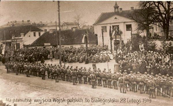 Wojsko polskie wkroczyło do Białegostoku 19 lutego 1919 roku, ale oficjalnie powitano je 22 lutego. Na zdjęciu udostępnionym nam przez historyka prof. Adama Dobrońskiego: msza polowa z udziałem wojska przed farą.