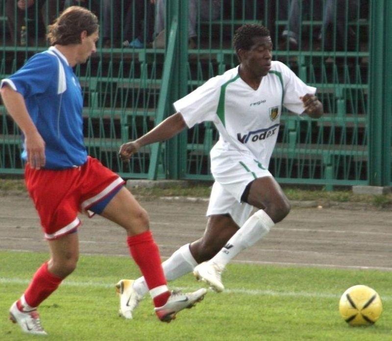"""Nigeryjskiego piłkarza Longinusa Uwakwe (z prawej) nie zobaczymy wiosną w """"Stalówce""""."""