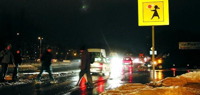 To przejście jest bardzo niebezpieczne - uważają zarówno kierowcy, jak i piesi. Ulicą gen. Kleeberga jeżdżą tiry i ciężarówki, a nad przejściem obok ulicy Przędzalnianej nie palą się latarnie.