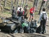 Żywiec. Wielkie sprzątanie rezerwatu Grapa. Do lasu wyrzuca się wszystko! Znaleziono opony, laptop, dywan...