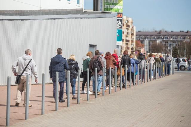 Dramat z zakupami świątecznymi. Gigantyczne kolejki i ścisk przed sklepami w Słupsku.
