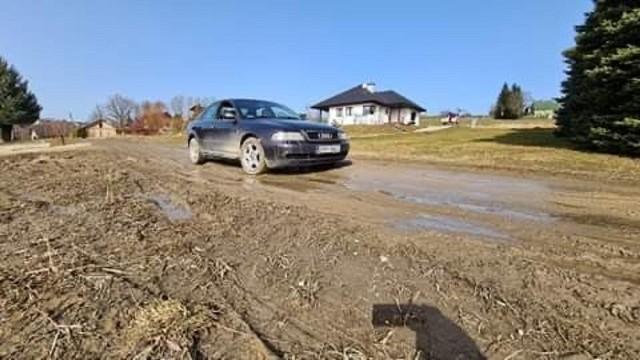 Po zimie wiele dróg w gminie Wieliczka jest w stanie wręcz dramatycznym. Mieszkańcy apelują, by mina jak najszybciej wykonała remonty zniszczonych traktów