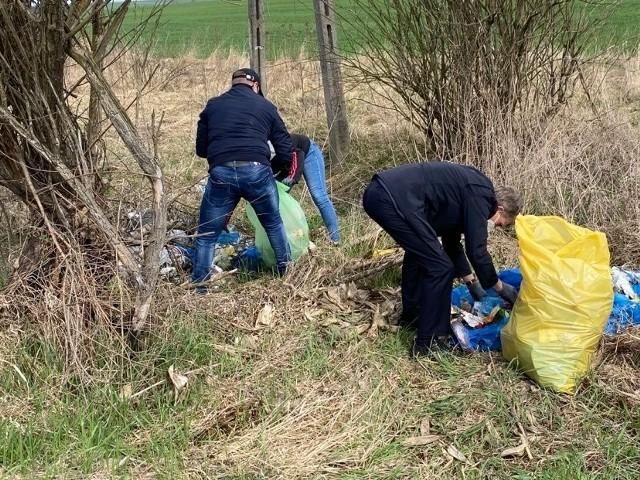 """Pracownicy Urzędu Miejskiego w Sędziszowie rozpoczęli akcję """"Posprzątaj swoją okolicę"""". Zebrali ponad 70 worków śmieci."""