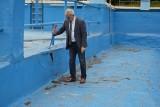 Żagańskie kąpielisko jest w ruinie. Jego bieżący remont byłby jak reaktywowanie trupa - mówi burmistrz Andrzej Katarzyniec. Zobacz zdjęcia
