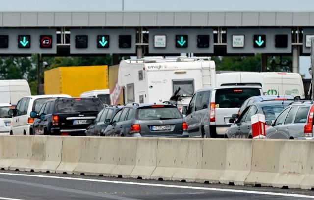 Nie do końca czerwca, a do 30 września tego roku miałby obowiązywać okres przejściowy, kiedy to na autostradach A4 i A1 równolegle będzie działał nowy system poboru opłat drogowych e-TOLL i obecny viaTOLL. Tak zdecydowali posłowie, którzy znowelizowali ustawę dotyczącą poboru opłat drogowych. Oznacza to, że bramki - w obecnej formie -  pozostaną na nich dłużej niż początkowo zapowiadano. Dokładniej chodzi o nowelizację ustawy o autostradach płatnych oraz Krajowym Funduszu Drogowym oraz niektórych innych ustaw. Zgodnie z dotychczasowymi przepisami system poboru opłat viaTOLL ma działać do końca czerwca 2021 roku. Rozpoczęcie poboru opłaty w systemie e-TOLL zaplanowano na pierwszą połowę czerwca tego roku. Jeżeli nowela wejdzie w życie, pierwszy termin ulegnie przesunięciu o trzy miesiące, a z autostrad zarządzanych przez Generalną Dyrekcję Dróg Krajowych i Autostrad. Sejm przyjął także szereg poprawek, które mają doprecyzować działanie systemu i usunąć wątpliwości interpretacyjne. Na kolejnych stronach wyjaśniamy od kiedy i jak ma działać nowy system i jak będziemy mogli płacić za przejazd autostradami. Na początek jednak o nowych terminach likwidacji szlabanów. O tym piszemy na następnej stronie.