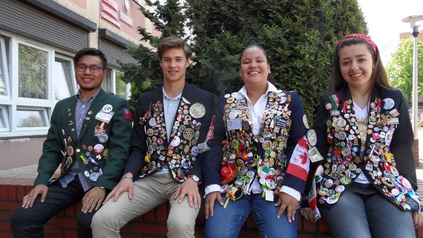 Zagraniczna młodzież w Zespole Szkół nr 1 w Tychach: Kevin z Tajwanu, Elliott z USA, Berenice z Meksyku i Nathalia z Brazylii.