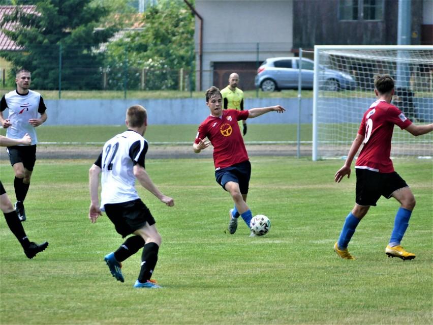Piłkarze Gwardii Koszalin (czerwone koszulki) rozegrali podczas minionego weekendu dwa mecze sparingowe.