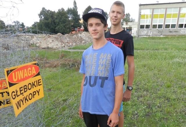 Prace przy Zespole Szkół Miejskich nr 1 już trwają. Przyglądają się im Remigiusz Ciech i Michał Kobiałka.