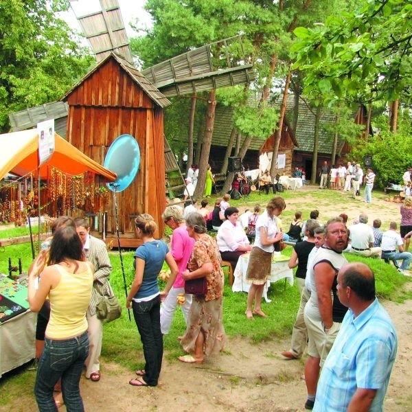 Bursztyniarz, kowal, garncarz, hafciarki i koronczarki to artyści ludowi, których dzieła kupimy w niedzielę św. Rocha w skansenie kurpiowskim