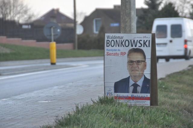 Plakaty i bannery wyborcze w Borkowe, których nie uprzątnęły komitety