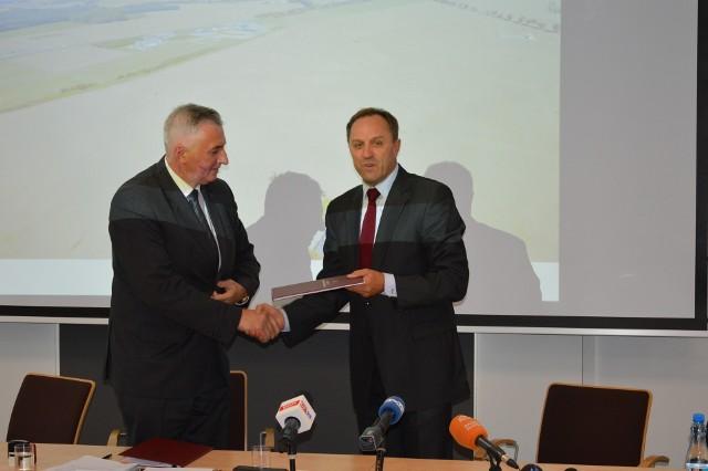 Podpisanie umowy. Od prawej: Mieczysław Struk, marszałek województwa pomorskiego i Mirosław Kamiński, prezes PARR S.A. w Słupsku.