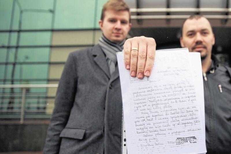 """W imieniu mieszkańców Szepietowa petycję złożyli członkowie stowarzyszenia """"Kolejowe Podlasie"""" Tomasz Galicki (z lewej) i Rafał Maras"""