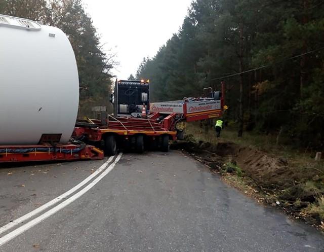 Ciężarówka przewożąca ponadgabarytowy element zablokowała drogę w Niwiskach