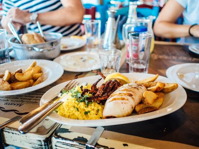 TripAdvisor jest największym na świecie serwisem turystycznym. Osoby go odwiedzające oceniają miejscowe hotele i restauracje. W ten sposób tworzone są rankingi, z których korzystają klienci i użytkownicy serwisu. Sprawdziliśmy, jakie miejsca polecane są w Ostrołęce. TOP 5 restauracji znajdziecie na kolejnych zdjęciach (ranking pochodzi z 21.11.2017).