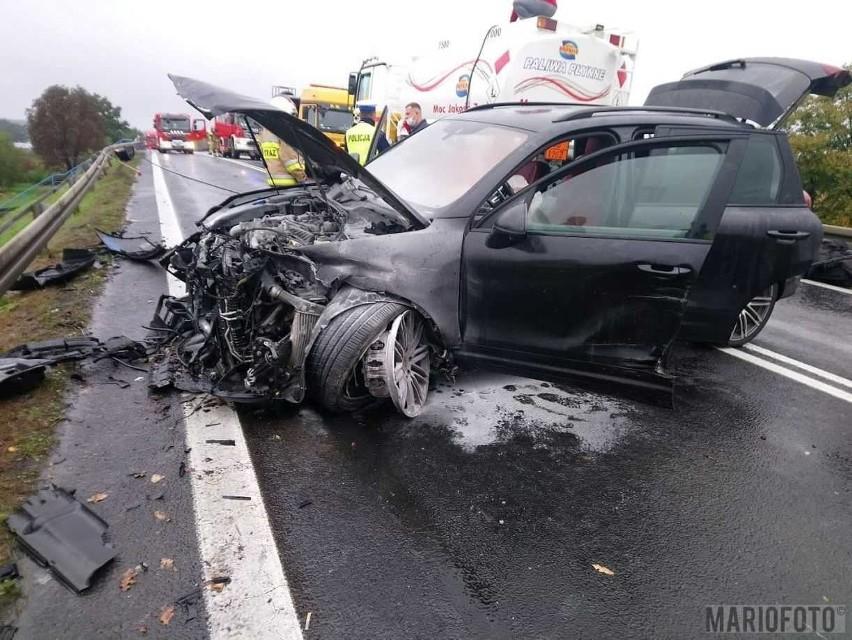 Groźny wypadek w Dąbrowie. Zderzyły się trzy samochody.