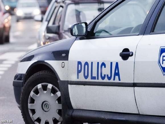 Policjanci otrzymali informację, że na ulicy Mierosławskiego w Bytowie, częściowo na jezdni, leży mężczyzna
