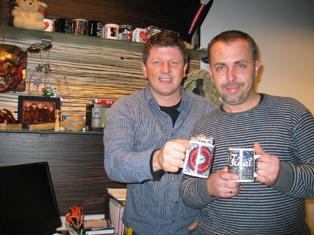 Daniel Tylko i Mariusz Mrugalski nie przegapili ani jednego kubka WOŚP. Więcej nawet - w tym roku kupili aż dwa. Wszystkie trofea trzymają na półce w swoim biurze.