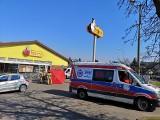 Dramat przed Biedronką. 77-latek zmarł w Tarnowskich Górach w czasie godzin dla seniorów w sklepach. Świadkowie próbowali pomóc