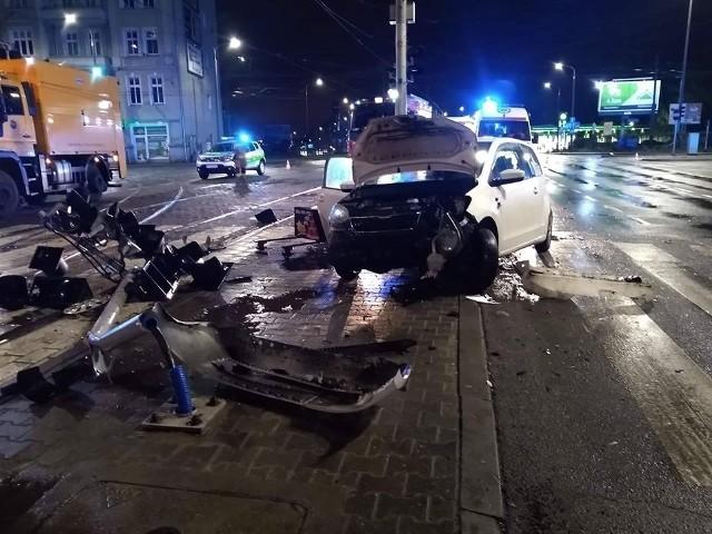 Po zderzeniu dwóch samochodów osobowych jedna ranna osoba została przewieziona do szpitala. Do wypadku doszło na ul. Hetmańskiej.