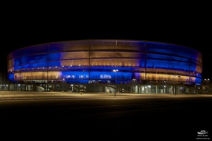 Wrocław: Stadion Miejski w barwach ukraińskich (ZDJĘCIA)