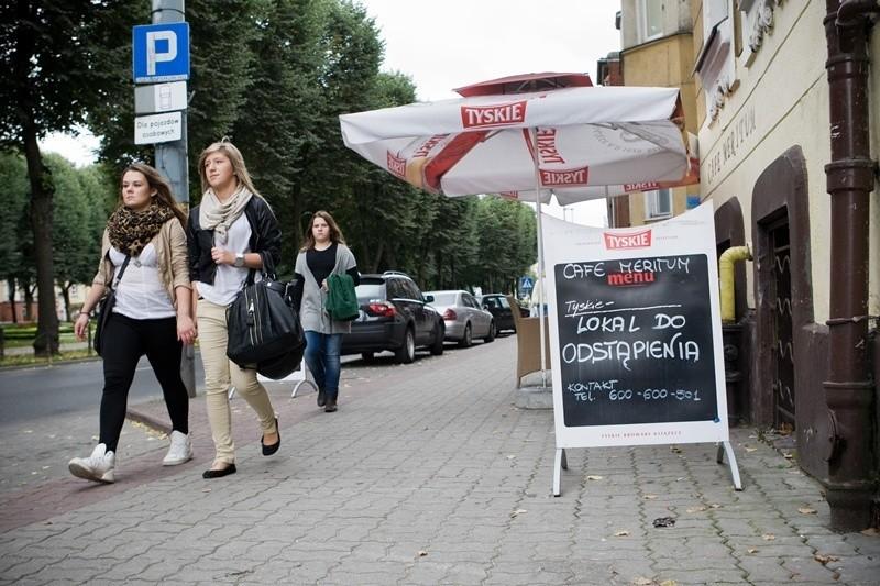 W Cafe Meritum na wystawionym tuż przy kawiarence potykaczu widnieje informacja: lokal do odstąpienia.
