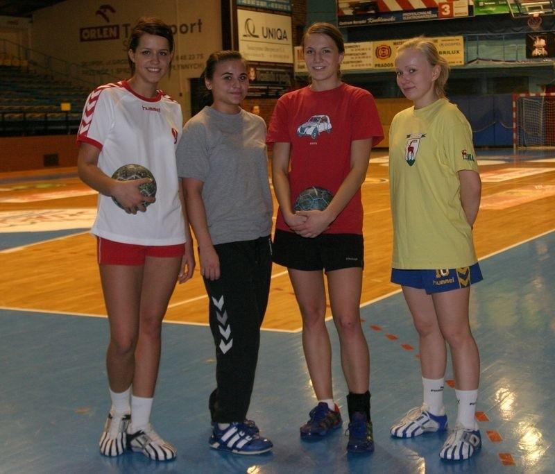 Cztery nowe zawodniczki Słupi na treningu, od lewej Wawer, Brzezińska, Januszewska i Maszota.