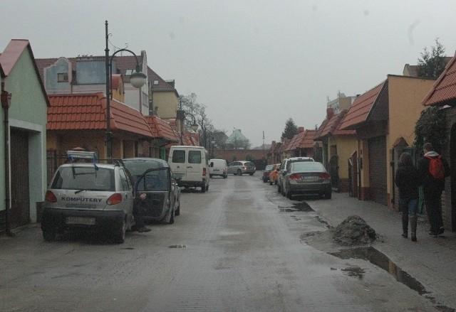 Uliczka na tyłach ul. Balwierskiej jest cała zastawiona autami, których właściciele łamią przepisy. Na starówce to jest nagminne.