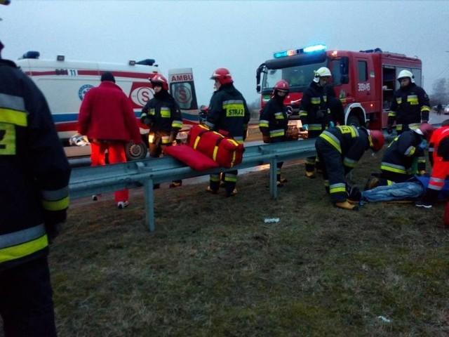 Opel spadł z mostu i zatrzymał się około metr od rzeki. Pojazdem podróżowało trzech mężczyzn w wieku 29-45 lat. Najmłodszy z nich zginął na miejscu. Pozostali dwaj z ogólnymi obrażeniami trafili do szpitala. Do zdarzenia doszło w marcu w podbiałostockich Nowodworcach.