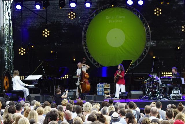 W nocy z środy na czwartek nad Jeziorem Strzeszyńskim w Poznaniu zakończył się IX Enter Enea Festival.Przyniósł trzy zróżnicowane koncerty.