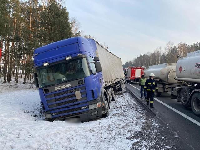 Na DK nr 10 ciężarówka wjechała do rowu
