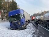 W Łochowie pożar, w Prądocinie zderzenie aut. Na DK nr 10 ciężarówka w rowie. Ratownicy mają tej zimy co robić [zdjęcia]
