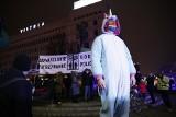 """Sylwester 2020. Warszawa: Protest Obywateli RP na rondzie de Gaulle'a. """"Sprawdzali"""" godzinę policyjną [ZDJĘCIA]"""