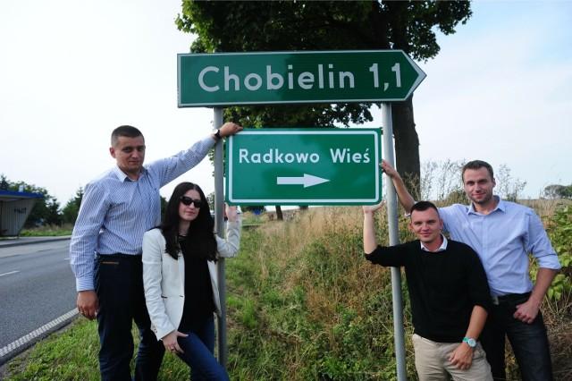 W Chobielinie znajduje się słynny dworek, w którym mieszka Sikorski wraz z rodziną. Tabloidy donosiły niedawno, że miejscowość zmieni nazwę na Dwór-Chobielin, a polityk PO zostanie sołtysem