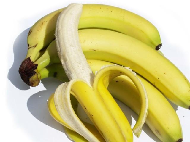 Najpierw banany  musimy obrać ze skóry, a następnie powinniśmy je skropić świeżym sokiem z cytryny.